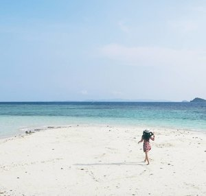 Walk like you compete with no one. So no one can compete you! 👸💪 #pasirtimbul #pantaisariringgung #pesawaran #lampung #explorelampung #lovesign #heart #beachsand #pasirputih #whitesand #wonderfulIndonesia #pesonaIndonesia #travel #traveler #traveling #lifestyle #beach #sea #bluesea #nature #naturelovers #clozetteid