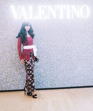 When east meets west..is..me. Bukan Valen #ViaValen 😂  From yesterday's @jantungid 37th anniversary. Congrats👏👏 It's time to make a promise with our health.👌 Ini sesaat sebelum dicepol.😁 I wear Balinese kebaya..as usual. Warna merah mewakili warna Yayasan Jantung Indonesia, adanya selendang putih mewakili Merah Putih Indonesia.❤️ It's..kepala saya sebercahaya itu.😎 . But anw .. gara-gara kasus VV x Jrx, kita jadi aware soal hak cipta ya. Masih banyak kita yang emang awam dan ga tahu-menahu. Yaaa..walaupun cara ngajarinnya biar noleh..terpaksa pake kata-kata kasar begitu (disayangkan)🙈🙈 . Selama ini cuman tahu soal hak cipta tulisan (walaupun itu juga secara hukum tetep aja ga kuat). Sebagai penulis pasti ngerasain sakitnya banyak orang pake quote kamu tanpa diberi kredit (nama pengarang). Atau gimana sedihnya ngelihat orang bertahan baca novel di toko buku tanpa beli. Padahal mungkin dulu juga gitu. . #kain #kebaya #bajuadat #balinese #bali #perempuanIndonesia #girl #wonderfulIndonesia #PesonaIndonesia #kartinimodern #publicrelations #job #work #valentino #clozetteid #sehatitukeren