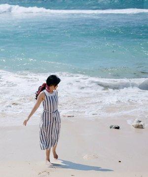 Kita sama-sama sedang menghindari. Tapi diam-diam saling mencari. . #hilton #hotel #resort #bali #nusadua #beach #pantai #beachsand #wave #bluesea #whitesand #holiday #vacation #gorl #photooftheday #pictureoftheday #clozetteid #vitaminsea