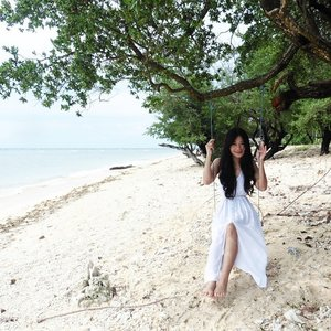 Swing~😍#beautiful #beach #gilitrawangan #Lombok #Indonesia #wonderfulIndonesia #lombokituindah #white #blue #sea #sky #swing #tree #island #whitesand #laidback #relax #holiday #trip #instagood #travel #traveler #lifestyle #bestvacations #ootd #whitedress #clozetteambassador #clozetteid @clozetteid