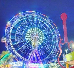Kapan terakhir ke pasar malam?🎠🎡🎢 Surabaya Carnival Night Market🎡 #nightmarket #ferriswheel #bianglala #lifequote #suroboyocarnivalpark #citypark #playground #holiday #vacation #exploresurabaya #surabaya #suroboyo #pesonaIndonesia #wonderfulIndonesia #carnivalpark #skyporn #traveling #travel #traveler #photooftheday #pictureoftheday #lifestyle #clozetteid