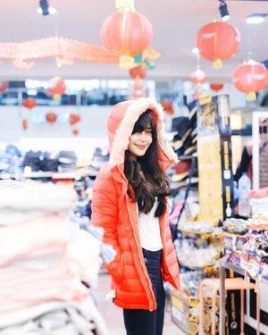 PERTAMA KALI KE MANGGA DUA Square! Akhirnya cici bisa shopping di sini buat Imlek-an! ❤️ . Jadi tadi jalan-jalan ke @mangga2square dan #OOTD -an buat #Imlek di FO -nya, sambil ngobrolin stylish & make up ala Imlek dari @anitamayaa & @ellenstephaniee yang emang Imlek-an. . Fyi, Mangga Dua Square kini jadi Pusat Factoty Outlet di Jakarta, loh. Sudah ada 7 FO yaitu Premier, DSE, Amira, Fifth Avenue, Chois FO, RAJA FO, dan Super Bazaar, yang menyajikan koleksi casual untuk anak-anak, remaja, dan keluarga, dengan model yang selalu up to date dan harga terjangkau! . So, tadi cari-cari busana imlek yang bernuansa merah di RAJA FO. Foto 1&2, itu jaket musim dingin dari Pull & Bear kurang dari 500.000an ! Foto 3, top shirt harga 95rb, long tartan skirt Rp109rb, tas Rp655rb. Foto 4, dress yang imlek banget seharga 209rb. Murah banget, kan?! . Ga nyampe 1jt juga bisa mix and match bermacam gaya. . Makanya..yuk shopping ke FO MANGGA Dua Square, koleksinya banyak macam, berkualitas, dan murah! .  @indoblognet #AdaFOdiMangga2Square #factoryoutletjakarta #fashionImlek #Manggaduasquare #ootd #jacket #red #clozetteid #style #Factoryoutlet #shopping