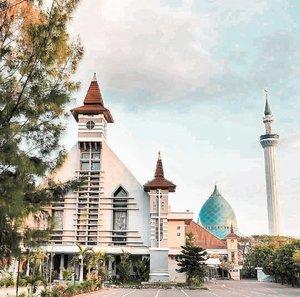 FELIZ NAVIDAD 🙏. Karena ini foto saya yang paling banyak di-regram/repost & di-love, + tiap tahun muncul, yang selalu mengingatkan kita, masih Indonesia ♥️🇲🇨, jadi saya juga repost tiap tahun.😁.Ini foto Gereja Paroki Sakramen Mahakudus & Masjid Al Akbar (Masjid Agung Surabaya).Berdampingan dengan damai ♥️⛪🕌.FELIZ NAVIDAD my friends 🎄🙏.#natal #christmas #church #mosque #masjid #gereja #Surabaya #Indonesia #clozetteid #feliznavidad #photography #pesonaIndonesia #wonderfulIndonesia #merrychristmas #xmas #bhinnekatunggalika