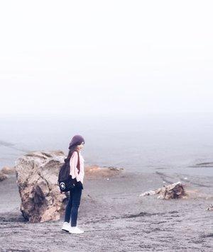 Perilah jatuh cinta, yang menyakitkan itu bukan patah hati dan putusnya, tapi saat dihindari atau menghindari. . Why can we be friend..why can we be friend? #bromo #tengger #semeru #mount #mountain #gunung #pasirberbisik #jatuhcinta #patahhati #fallinginlove #brokenheart #travel #traveling #traveler #clozetteid