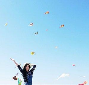 Fly, kite, fly~ Surabaya International Kite Festival 😍😍🙌 #surabayainternationalkitefestival2017 #surabayakitefestival #surabayakitefestival2017 #kite #kitefestival #sky #skyporn #bluesky #happy #happiness #girl #style #lifestyle #ootd #sotd #hat #surabaya #pesonaIndonesia #WonderfulIndonesia #travel #traveler #photooftheday #pictureoftheday #clozetteambassador #clozetteid #instanusantara #instanusantarasurabaya