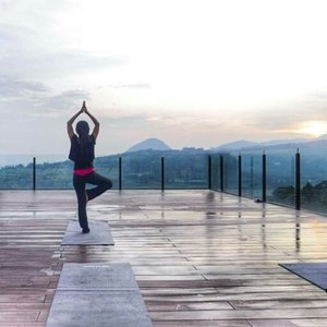 I bet you can fall in love to take care of your mind, body, and spirit, here at Zen Deck @royaltulipgg  Perfect venue to do morning yoga! With sweeping vista, beautiful sunrise, and fresh mountain air like this.😍 Yea, there's yoga class every morning here with an excelent instructor👍 #yoga #morning #zendeck #RoyalTulipGunungGeulis #Resort #hotel #bogor #deck #view #nature #naturelovers #health #healthy #lifestyle #hairaproduction #mountainview #valleyview #sunrise #luxury #luxurylife #clozetteid #clozetteambassador