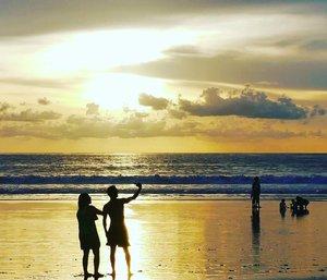 Nothing beats sunset and they do wefie againts the beauty 😄#travel #sunset #bali #Baliisland#beach #kutabeach #twilight #beauty #sky #skyporn #traveller #traveler #traveling #travelling #vacation #WonderfulIndonesia #pesonaIndonesia #silhouette #photogtaphy #photooftheday #clozetteID