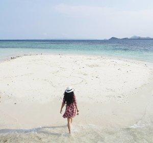 Follow your heart. Do the things that make you happy😉 Do you see that love sign? I follow my heart to this 'Pasir Timbul'.❤ #pasirtimbul #pantaisariringgung #pesawaran #lampung #explorelampung #lovesign #heart #beachsand #pasirputih #whitesand #wonderfulIndonesia #pesonaIndonesia #travel #traveler #traveling #lifestyle #beach #sea #bluesea #nature #naturelovers #clozetteid