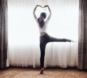 LOVE❤. Gapapa gak cantik..yang penting manis dan indah..cintanya.😉L means love? Leoni? Leoni's secret?Haha I know nothing about love. .Tapi saya yakin..saya cinta dia..kalau dia memberi perasaan yang tak disangka saya butuhkan...kebahagiaannya, senyumnya. 😊.#love #body #ballet #dance #clozetteid #silhouette #photooftheday #pictureoftheday