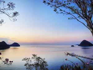 Breathtaking Labuan Bajo sunset-twilight 🌇 view 😍  #pesonaIndonesia #saptanusantara  #sunset #twilight #view #LabuanBajo #Flores #NTT #Indonesia #pesonaIndonesia #nature #naturelovers #wonderfulIndonesia #Travel #traveling #traveler #tourism #beautiful #boat #trees #hill #photooftheday #sky #skyporn #clozetteid