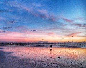 Sudah senja, waktunya pulang 😊 Beach twilight😍 #beach #twilight #senja #nature #naturelovers #Bali #Sky #skyporn #sunset #travel #traveling #traveller #traveler #pesonaIndonesia #WonderfulIndonesia #Kutabeach #Indonesia #beautiful #lifestyle #clozetteid