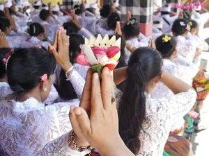 "Video from my Bali-Nyepi trip 😉 Meprani ritual as ceremony at the temple that held once a year, before Nyepi. Every family bring offerings to the temple and they will eat together at the end of procession.🙏 Nyepi is a Balinese ""Day of Silence"" that is commemorated every Isakawarsa (Saka new year). It is a Hindu celebration mainly celebrated in Bali, Indonesia. Selamat Hari Raya Nyepi untuk teman-teman yang merayakan 😊 Rahajeng Nyanggra Rahina Nyepi Caka 1939. Dumogi Polih Kerahajengan lan Kerahayuan Sareng Sami🙏 #AmazingSanur #Sanur #Semawang #Meprani #ritual #Ceremony #Bali #Nyepi #Hindu #celebration #religion #Indonesia #pesonaIndonesia #WonderfulIndonesia #dayofsilence #procession #temple #pray #lifestyle #travel #travelling #culture #tradition #traveller #traveler #vidgram #vidgramindo #clozetteid"