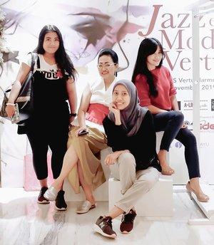 FAMILY from work. 🖤 Keluarga tanpa talian darah itu ya mereka. Ada teman, ada para super women..ibu-ibu saya di Jakarta.🖤Sabtu lalu kita bertemu di #JAZZetLAMODEatVERTU@hvertuharmoni .Ada fashion show dari 3 designer, sambil nikmatin alunan musik jazz lewat suara merdu @jakjazzid @nsbetm dan @abigailcantika 🖤.You can take a look the fashion show 👆 swipe the pic to the left. Fashion show ini kreasi epik karya designers Indonesia @salagaofficial @alinebymille @cultureedge.online yang telah tampil di berbagai runway dalam dan luar negeri😍.Oke, modelnya memang para muse, yang beberapa di antaranya model senior/Artis senior (definitely not my era😬), tapi karyanya keren-keren, anak muda banget, bisa dikenakan kita millenials juga.😉Beberapa design bisa jadi pilihan kalau bingung mau pake kain Indonesia dalam versi modern👌.#indonesiandesigner #musisiindonesia #jazzsingerindonesia #penyanyi #jazz #jakjazz #jazzcontemporarydance #fashionshow #fashionpreneur #fashiondesigner #WorldFashionConnect #clozetteid