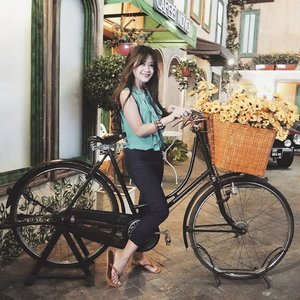 I want to ride my bicycle🎶 I want to ride my bike 🎶 Don't send me flowers when I'm dead. If you like me, send them while I'm alive.😁😁🌸🌷🌹🌻🌺 #ootd #ootdindo #ootdmagazine #blue #yellow #flowers #daisy #sandals #fashion #fashionista #fashiondiaries #fashionable #lifestyle #classic #bicycle #romantic #lookbookindonesia #beritafashion #museum #vacation #bestvacations #holiday #Indonesia #clozetteambassador #clozetteid @clozetteid