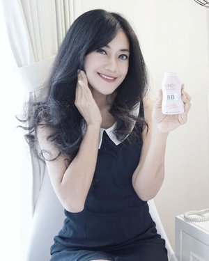 Alus pisaan ❤ Good news! @pondsindonesia Pond's BB Magic Powder yang hits itu akhirnya available di Indonesia, girls! 💕 Dulu cuman tahu hebohnya beauty blogger pada nyoba bedak tabur ini, sekarang udah bisa coba karena udah masuk di Indonesia dan gampang dicari di mini market/drugstore. *swipe ke kiri . Review: sukaaa❤ Alus bangeet hasilnya. Nutup pori-pori, gitu. Nggak cakey. Riasan jadi flawless, poreless. Warnanya juga nge-blend di kulit. Pas banget buat daily use yang nggak banyak terpapar sinar matahari. Ringan dan light coverage. . Sama sekali ngga bikin kulit breakouts atau alergi. Penting buat kulit sensitif seperti kulit saya! Biasanya agak susah cari bedak tabur yang pas, kali ini..pas banget..aluss.👌 . Packagingnya mini, jadi travel friendly. Asal jangan lupa nge-twist tutupnya, ntar bisa tumpah kemana-mana.😁 Kesimpulan: must try! #PONDSPowderPower #PONDSBBPowder #ClozetteIDxPONDSBB #clozetteambassador #clozetteid #loosepowder #pondsmagicpowder #beauty #powder #faceoftheday #girl #photooftheday #pictureoftheday