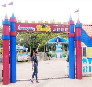 Please take me to that 'funnycity'..so I can laugh out loud.  I need that ! 🤗 Or at least I can laughing my self so hahahard 😂 #funnycity #cocopark #shenzhen #china #entertaintment #happy #laugh #travel #travelling #traveling #traveler #traveller #tempathiburan #trip #happyplace #place #ootd #sotd #jeans #denim #dungarees #overalls #outfit #jumpsuit #streetstyle #style #clozetteid #clozetteambassador