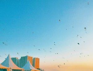 Sunset and the dragonflies~ From Surabaya Internasional Kite Festival 2017 #dragonfly #skyporn #sunset #twilight #city #surabayakitefestival2017 #surabayainternationalkitefestival2017 #exploreSurabaya #kitefestival #kite #layanglayang #event #lifestyle #photooftheday #pictureoftheday #surabaya #wonderfulIndonesia #pesonaIndonesia #travel #traveling #traveler #clozetteid #instanusantara #instanusantarasurabaya