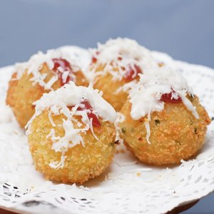 COOKING - Potato Mozarela Balls #dirumahaja.Bahan:kentang4 sdm meizenaPenyedap rasa1/2 sdt garam, or not (kalau tidak suka asin)Mozarela cheese (potong kecil-kecil)1 butir telurTepung roti.Pelengkap (optional):SeledriSaos sambelMayonaise.Cara:*Cuci bersih kentang, rebus/kukus, lalu haluskan.*Tambahkan tepung meizena, penyedap, garam, aduk rata*Ambil sedikit adonan, pipihkan, isi dengan potongan keju, lalu bulatkan*Balurkan ke kocokan telur, lalu ke tepung roti*Siap digoreng/disimpan difreezer untuk stok.#resep #recipe #masak #cooking #quarantine #stayathome #stayhome #kuliner #culinary #clozetteid