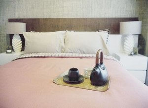 If I was in my bed, and you're in your bed..so..one of us was in the wrong place 🙃 #bed #room #bedsheet #pillow #breakfast #lamp #decoration #instagood #interiordesign #designinterior #mug #cup #teko #lifestyle #life #love #clozetteid