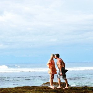 Can I borrow your kiss? I promise I'll give it back😉 Love birds @ Suluban beach 🕊🕊💕 Well-knownsurf spots that attract travelers and one of the best places to hang out is Single Fin. It's located atSuluban Beachin Uluwatu.  There are several smallerlocal warungsheading down to the beach, but none beat the view from Single Fin, where you can look out to the horizon and watch the surfers down below. #kiss #couple #lovebirds #love #singlefin #singlefinbeach #sulubanbeach #singkefinbar #bluepoint #beach #travel #traveler #traveling #pesonaSingleFinbeach #pesonasulubanbeach #pesonaIndonesia #pesonaBali #exploreBali #wonderfulIndonesia #nature #naturelovers #surfer #surf #hangout #famtripwithpesona #bali #uluwatu #clozetteid