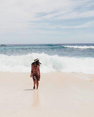 Dikejar ombak..kehilangan alas kaki, dikejar DIA..kehilangan separuh hati. Pilih mana? #dreambeach #nusaLembongan #bali #Indonesia #wonderfulIndonesia #PesonaIndonesia #beach #sea #ocean #wave #nature #naturelovers #sky #photooftheday #pictureoftheday #travel #traveler #traveling #clozetteid #summer #summertime