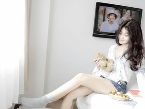 Without you realize, you're that third person in the room! You're not the only one. 👻👻Someone watching your moves. 👀👀 #ootd #sotd #style #fashion #blue #white #shortjeans #jeans #denim #shirt #bellsleevetop #sock #teddybear #gadget #iphone #apple #hairoftheday #messyhair #wokeuplikethis #lionhair #bedroom #thirdperson #leg #body  #television #lifestyle #clozetteid #clozetteambassador