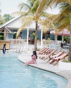 Coba tebak, itu lagi ngelihat ke mana, hayo?~ balita, mamanya, mas bule, or waitress? 👀 . #swimmingpool #bali #canggu #hangout #cafe #restaurant #sunofpanama #pool #vacation #holiday #clozetteid #photooftheday #pictureoftheday