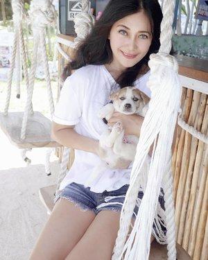Who can resist? 👆👆 foto haram. 😛 #puppy #cuteanimal #dog #cutedog #dogofinstagram #dogsofinstagram #girl #friends #nusaceningan #bali #wonderfulIndonesia #pesonaIndonesia #travel #traveling #traveler #thesandceningan #nusaceningan #restaurant #bar #cafe #culinary #hangoutplace #lifestyle #clozetteid