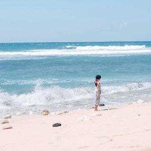 "You wanna see magic?""Aku percaya, dia adalah keajaiban terdekatku""Kalimat dari novel Destiny ini lahir tepat di lokasi ini.Nusa Dua, or Bali, is the place of my reborn. So, I'll keep coming back here.And already miss it.🖤#bali #nusadua #wave #nature #naturelovers #ocean #photooftheday #pictureoftheday #clozetteid"