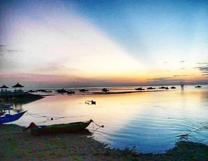 I love you..yes you..from dusk till down 💕 I am sunset lover, but to able to catch the beautiful magestic sunrise is one of achievement 💪 #sunrise #Sanur #Bali #wonderfulIndonesia #PesonaIndonesia #sky #skyporn #boat #perahu #sea #ocean #beach #morning #lifestyle #travel #traveler #traveling #photography #photooftheday #nature #naturelovers #pictureoftheday #clozetteid #clozetteambassador