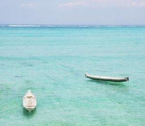 SO CLOSE! Yet..so far. 😕Ketika 2 perahu terombang-ambing, saling mendekat, tetapi terpisah ombak dan...jangkar. Seperti 2 manusia yang saling me'rasa' tapi terpisah keadaan dan komitmen. *OMG, see this turquoise water😍😍 #perahu #boat #couple #lovequote #turquoise #water #sea #nusaceningan #bali #island #lifeonisland #wonderfulIndonesia #pesonaIndonesia #travel #traveling #traveler #lifestyle #clozetteid