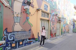 Baru kali ini mampir ke tempat hits di Singapore... eh tahun lalu ya hitssnya? Hehe... 😛 Gpplah yang penting tau Haji Lane tempatnya seperti apa, kok bisa hitss sampai segitunya? Review will upload soon on my blog 🤗 . #clozetteid #hajilane #exploresingapore #tweasia #todayweexplore #letsexploresg #boxynotes #singapore #wanderlust #travel #travelblogger #traveloka #travelandleisure