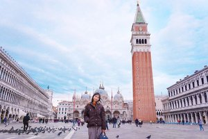 Venice is known to be one of the most romantic cities in the world and a very popular honeymoon destination, that's all media & internet say..It's true. The atmosphere in here, cafe, and the gondola rides especially with your partner ☺️ Go explore without maps because there are plenty of signs, and enjoy your journey 👩❤️👨Klo kesana jomblo gimana kak? Berdoalah supaya dapat pasangan orang Venice ya nak 😜✌🏻.....#letstraveltiff #venice #ig_italia #instagramitalia #ilikeitaly #italian #veniceitaly #clozetteid