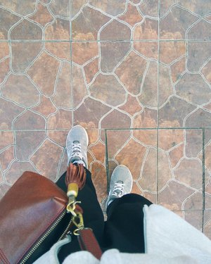 Penting banget buat memilih outfit nyaman untuk perjalanan jangka panjang. Ikut ikut omongan orang, katanya sih sneakers atau sportshoes paling nyaman buat dipakai jalan jauh. Eh ternyata bener loh! Padahal diri ini paling anti pakai sepatu-iket karena ribet, jadi seringnya pakai model masuk-jleb kayak wakai.  Kamu sendiri tim sepatu masuk-jleb atau tim sepatu ikat tapi nyaman? Hehe  Grey jacket : @pumasportstyle Comfy pants : @trickntricky Slingbag : @melrosebymelanieleather Shoes : @diadoraofficial  #clozetteid #clozettedaily #clozettetravel #roadtrip #casualstyle