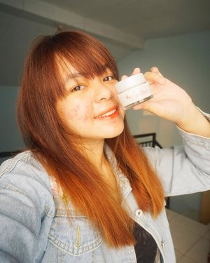 Good morning! Gaes, kalian udah pada tau ini belom? @cantikcitra Citra Sakura Fair UV Facial Moisturizer Powder Cream. Ini tuh kalo menurutku ya lebih kayak primer gitu karena dia bisa mencerahkan kulit wajah dan menyamarkan pori-pori. Aku suka sih teksturnya ringan dan cepat menyerap di kulit. Cuma wanginya agak berlebih menurutku, wangi banget! Tapi rata-rata produk sakura yang aku tau sih emang wangi banget. Citra Sakura Fair UV Facial Moisturizer Powder Cream ini mengandung ekstrak bunga sakura yang kaya akan anti-oksidan sehingga membuat wajah jadi cerah merona natural gitu bebs. Walaupun ada UV filternya, tapi setelah pakai Citra Sakura Fair UV Facial Moisturizer Powder Cream ini harus pakai sunscreen lagi yaa, biar lengkap perlindungannya :D..#CantikCitra #MakeYourOwnCitra #ClozettexCitra #clozetteid