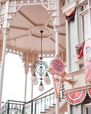 🍦🍦🍦 take me back to the whimsical fairytale land 🎁😳 ....#exploretocreate #disneyland #explore #japan #tokyo #throwback #clozetteid #style #pink #shotbystevie