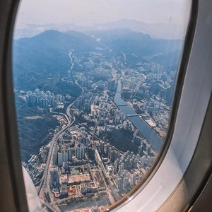 🇭🇰 Left a piece of my �� here 🥺 Missing Wonton and all the comfort food 🥘 Get well soon 🌎 ....#shotoniphone #style #flight #throwback #love #exploretocreate #clozetteid #cathaypacific #hongkong #inflightfeed