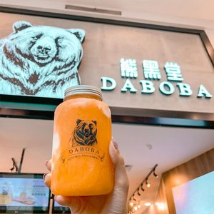 Welcoming a new boba house in the mix !! Here's a famous chain from Malaysia 🇲🇾 and their boba is sooo chewy and perfectly sweetened 😍 cannot wait to he back for another cup!  @dabobaindonesia opened their first store at @gandariacity .....#malaysia #boba #clozetteid #stevieculinaryjournal #yummy #sweettooth