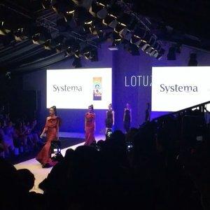 Thanks @topcoffeeid for inviting me to @lotuz_jakarta show today, it was an awesome show to end the night! @jfwofficial 😍 #jfw2017 #jakartafashionweek #designer . . - #ootd #clozetteid  #indofashionpeople #boomerang #fashionblogger #beauty #beautyblogger #fashionpeople #fblogger #blogger #패션모델 #블로거 #스트리트스타일 #스트리트패션 #스트릿패션 #스트릿룩 #스트릿스타일 #패션블로거 #style #ggrep #cgstreetstyle #l4l #teenvogue