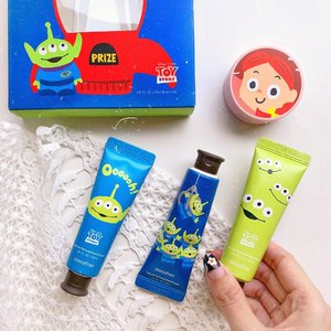 The special limited edition @innisfreeindonesia x Toy Story edition! If you're a fan grab yours quick before you run out of them🥰 really loving the cute packagings !! . . . . . . #clozetteid #exploretocreate #beauty #flatlay #shotbystevie #innisfree #innisfriends #innisfreeindonesia
