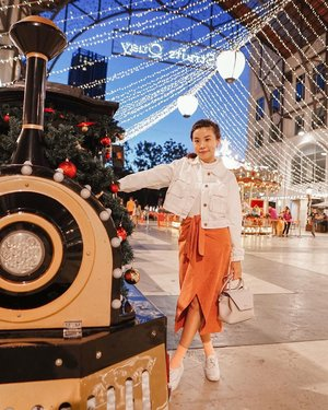 Still not over yet! Still feeling the warmth of Christmas and festive joy of New year celebration 🎉 😍 Keeping the sparks alive all year round ! ⚡️ // . . #steviewears #deets : .  Turtle neck top @uniqloindonesia . White cropped Jacket @chicgirl.id . Skirt @amaveeofficial .  Bag @hushpuppiesid . Peach socks @ganeganiandco . Shoes @kedsid . . . . . . #sonyforher #penang #ootd #lookbook #whatiwore #style #clozetteid #nye #fashion #explore #exploretocreate #fashionpeople #zalorastyleedit