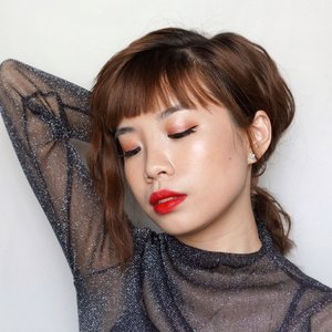 My alter ego kind of makeup look ! I do feel this pict doesn't look like me, it gives me a vibe of a different me. Wet look with bold lips 👄 what do you think? ..-@nyxcosmetics_indonesia mochi highlighter .Eyeshadow @urbandecaycosmetics naked heat + @chicaychico_official 8 Dazzling Sand (shop here: https://hicharis.net/Steviiewong/bJH) .....P.s. don't forget to check out my other red lips post below ⬇️⬇️⬇️ share your beauty resolution and get a chance to win your own YSL lipstick💄 .........#theslim #yslbeautyid #walktheline #wetlook #glassskin #tampilcantik #ragamkecantikan #clozetteid #collabwithstevie #exploretocreate #beauty @makeup.tutorial.asian #makeup #lipstick #ysl #style #giveaway @charis_celeb #charisceleb