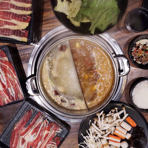 Meaty galore 🐮🐮🐮 had a splendid dinner last night at the newly opened ayce Chinese hotpot @suansuan.id !! To be honest I don't really savvy Chinese hotpot because of chinese herbs and meds but I do like how the soup turns out ❤️ Yesterday we chose tomyum and their original broth both are yummy !! They have wide varieties of sauces selections and other fresh vegetables and food choices aside from the juicy meat.. as a soup person I had a super pleasant meal last night.. hot soup on a cold night is definitely soothing 💛😊....#yummy #stevieculinaryjournal #food #foodie #hotpot #ggrep #shotbystevie #flatlay