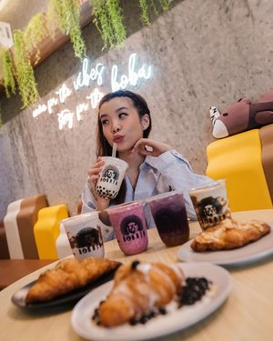 SOMETHING NEW AT SERPONG !! @bobataindonesia newly opened boba ❤️❤️❤️ calling to my fellow boba lover to try this one out! Their boba are freshly made daily that's why you can feel the perfect chewiness of their boba from the first sip. I love their brown sugar boba croissant 🥐 and their signature fresh milk brown sugar boba. 🥰 its been a while that a boba shop surprise me with their drinks but this one is simply enjoyable ! They are now available on GoFood and Grab Food to get them delivered to your doorstep ❤️...-📸 @priscaangelina ............#photooftheday #ootdfashion #ootd #wiwt #boba #ootdstyle #sweettooth #collabwithstevie #fashionblogger #stylefashion #croissant #parisianstyle #foodie #style #potd #stevieculinaryjournal #zalorastyleedit #clozetteid #steviewears