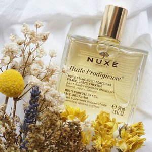 Finally got to try out this Nuxe Oil by @nuxeindonesia !! Heard lots of positive review about it and now I got to try it for myself ✨ I've always been very cautious when it comes to applying oil on my skin because I have this perception that oil products would clog my pores and cause acne on my skin but I came to know that this Oil by Nuxe is a dry oil that is a multi purpose oil that can be used on the face, body and hair. So I decided to start using it for my hair since my hair currently needs extra care after all the bleaching it went through... After using this on the tip of my hair I realized it makes my hair feels so much softer and smoother just the extra boost my hair needs.. I'm still considering whether to incorporate it on my skin care routine too but will definitely review the rest of the Nuxe White series product on steviiewong.com soon! Stay tune!! So far I love this oil for my hair 😉😍 #Nuxe #nuxeindonesia #sephoraidnbeautyinfluencer #Sephoraid ..-You can get yours at @sephoraidn ⭐️........................ #styleblogger #vscocam #beauty  #beautyblogger #fashionpeople #fblogger #blogger #패션모델 #블로거 #스트리트스타일 #스트리트패션  #스트릿룩 #스트릿스타일 #패션블로거 #bestoftoday #style #skincare #l4l  #flatlay #bblogger  #clozetteid