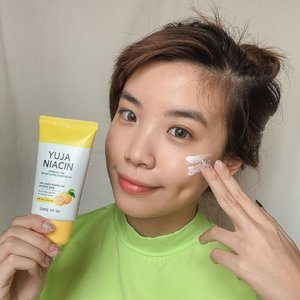 Finally trying out Yuja Niacin Mineral 100 Brightening Suncream SPF 50+ PA +++ . Although it's a sunscreen but its also a tone up cream so upon usage it makes the complexion looks brighter✨One downside about this product is its white cast, so you might want to consider the amount of usage.It's free from 20 chemical ingredients which makes it safe for our skin. It has a soft velvet matte finish. @somebymi @somebymi.official_id .....#skincare #sunscreen #kbeauty #korea #style #collabwithstevie #exploretocreate #beauty #clozetteid #explore #tampilcantik #selfportrait