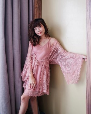 Dress up, Show up 💕 it gives me the Bridgerton vibe. Lace and rose gold just the perfect duo ✨  👚 @wainodshop  . . . . . . . . . . ⁣#clozetteid #style #localbrand #fashion #steviewears #rosegold #exploretocreate #ootd #jktgo #stayhome #jktspot #pink #pretty #whatiwore #sleepwear #collabwithstevie #lace
