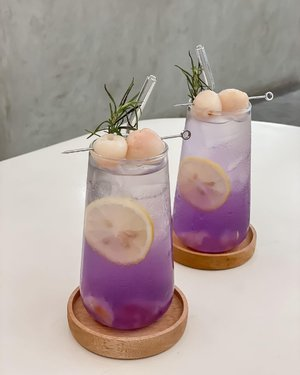 Magic in a glass 🪄 ...#clozetteid #style #love #drink #yummy #stevieculinaryjournal #lilac