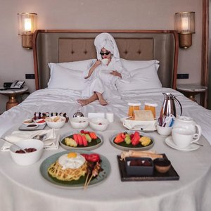 Breakfast in bed at its best 👑! #staycation at @swissoteljkt always bring joy 🥰 can't wait to be back ☺️..-📸 @priscaangelina .......#photooftheday #ootdfashion #ootd #wiwt #lookbook #ootdstyle #ootdinspiration #lookbookindonesia #fashionblogger #stylefashion #streetfashion #collabwithstevie #streetinspiration #style #potd #clozetteid