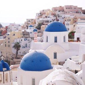 The iconic scenic of Oia 🇬🇷😉 however the challenge to take a picture here is one of a kind.. The struggle was real😅 ................@heavenlyblushyogurt @heavenlyblushgreek #heavenlyblushgreeksecret #greeksecretadventure #greeksecretStevie #greece #oia #oiasantorini #shotbystevie #clozetteid